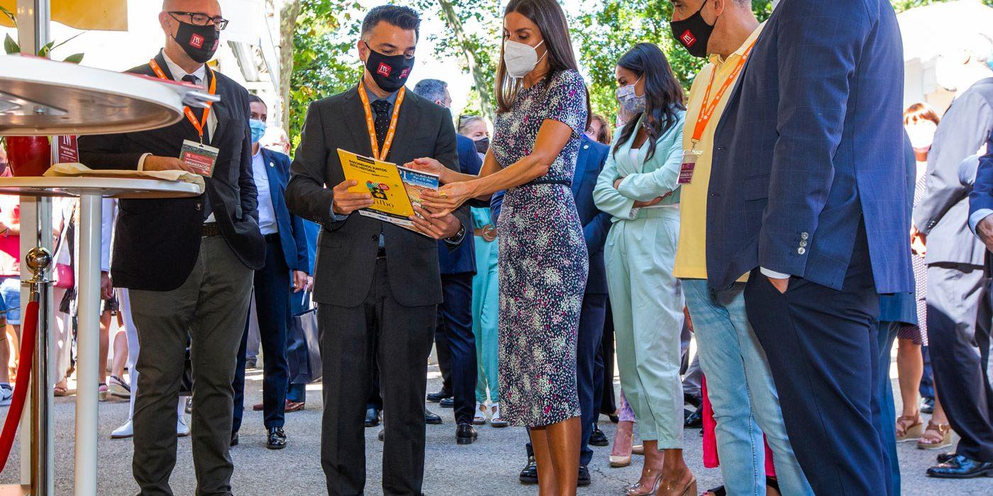 La reina Letizia acompañada del editor de PW en Español, Enrique Parrilla, del director de la publicación  Manuel Mateo Pérez y de los responsables Antonio Martín y José María García.